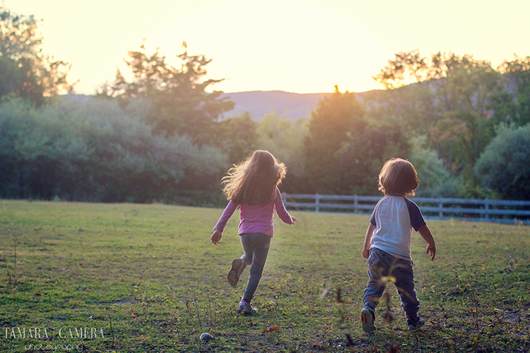 Kids running through a field at golden hour | Outdoor Photography | Golden Hour Photography