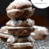 The best whoopie pie recipe! With chocolate cookies and marshmallow filling. You won't be able to eat just one!