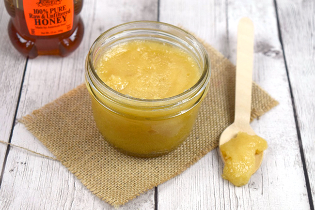 DIY honey body scrub recipe | One of my favorite honey beauty tips is adding raw honey in my DIY body scrubs.