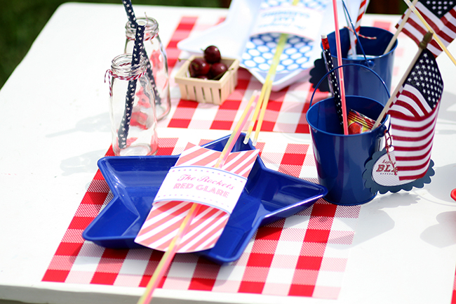 July 4th Party Ideas - make the kids table something special! Free printable patriotic glowstick holders!