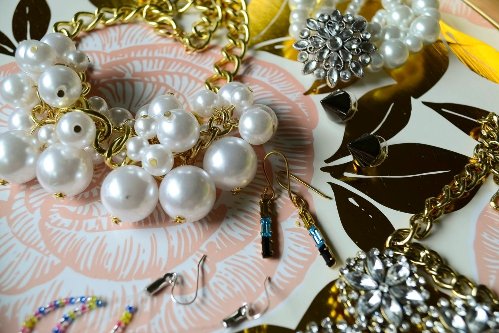 Learn how to make 6 DIY jewelry pieces. These are easy projects you can do in an afternoon. DIY jewelry is a great way to add trendy statement pieces to your summer fashion.