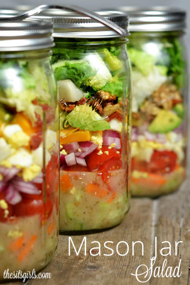 The easy way to prepare lunch: make-ahead mason jar salad recipe. You can make a week's worth of salads that are easy to grab on your way out of the door for work. The perfect healthy lunch recipe that doesn't require a lot of work or cooking.