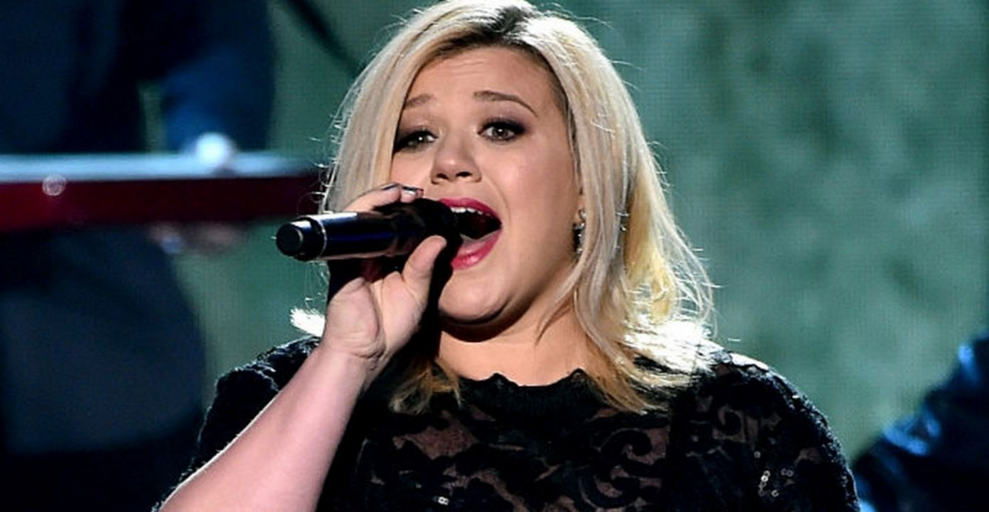 "Kelly Clarkson Announces She Is ""Totally Pregnant"" at LA Concert"