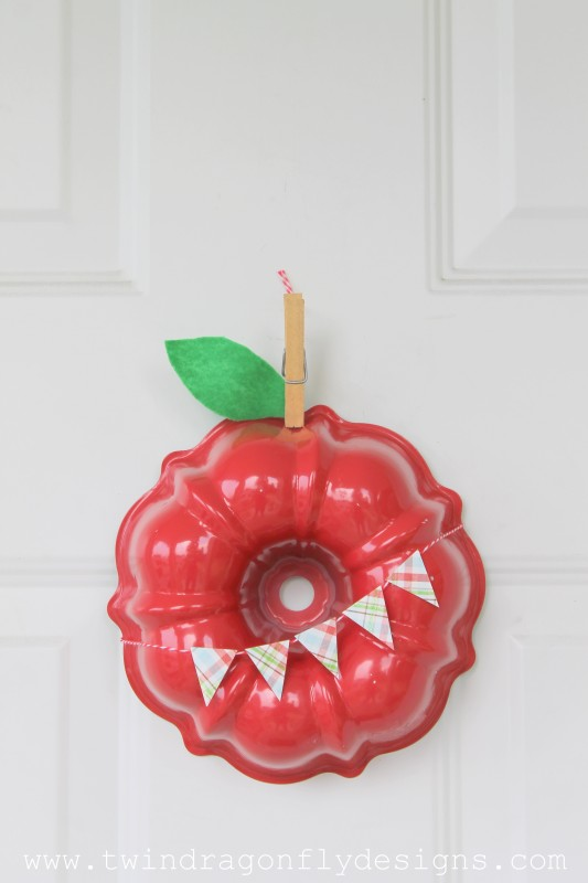 This Apple Wreath is the cutest way to reuse an old baking pan.