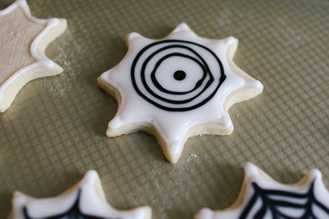 Turn this design into the coolest Spiderweb by this great cookie tutorial!