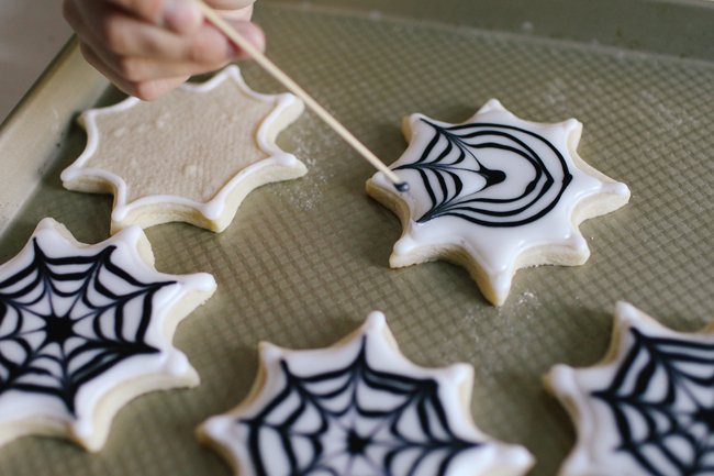 The most amazing tutorial, and the most delicious icing recipe are the perfect duo for these Spiderweb Sugar Cookies!