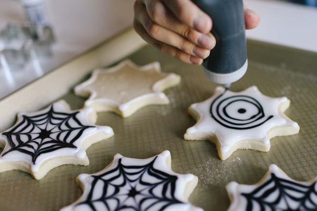 Check out this awesome tutorial how to make Spiderweb Sugar Cookies!