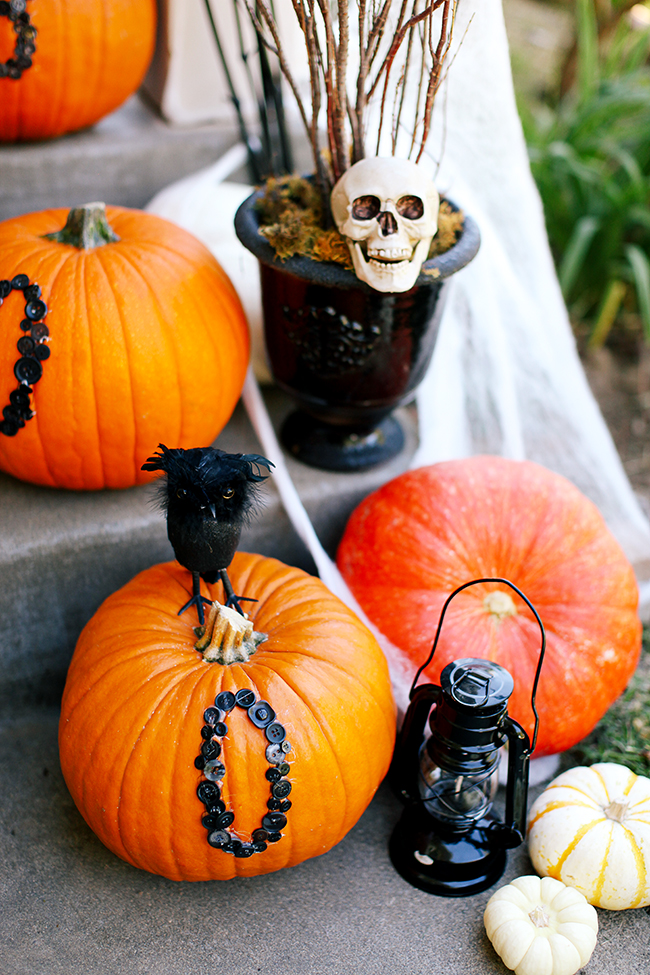 These awesome DIY projects came together perfectly for this front porch Halloween makeover.