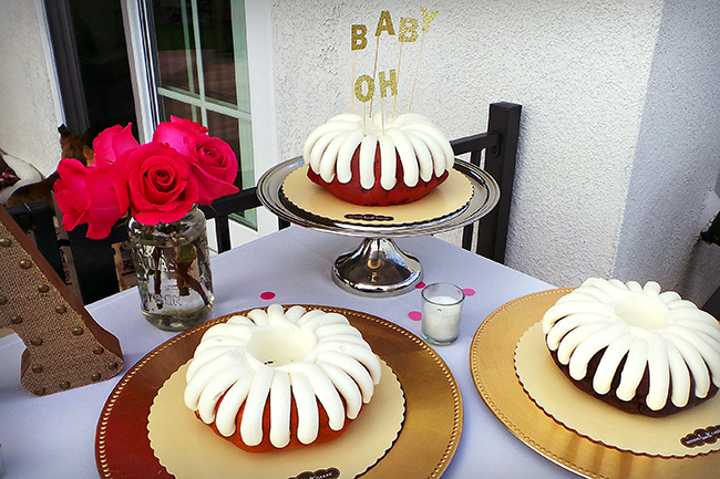 Such a sweet idea to serve different cakes to your guests!